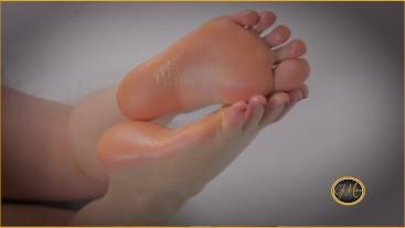 I give you 3 minutes to masturbate on my bare feet - adorazione piedi - Ely Mira