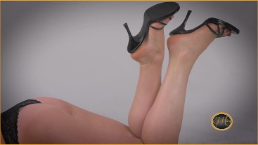 Foot worship high heels, red nail polish and hard ass - adorazione piedi - Ely Mira