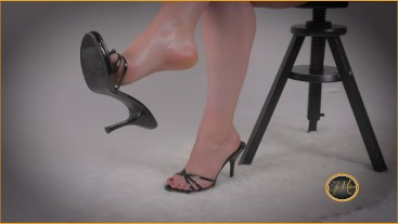 The secretary drives you crazy with her bare feet and high heels - piedi - Ely Mira
